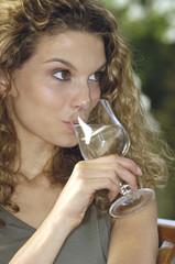 bicchiere d'acqua e ragazza