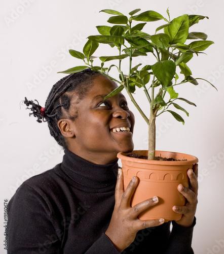 jeune feme souriante tient un citronnier en pot contre elle photo libre de droits sur la. Black Bedroom Furniture Sets. Home Design Ideas