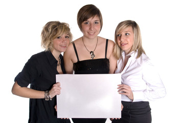 3 jeunes femmes avec un panneau publicitaire