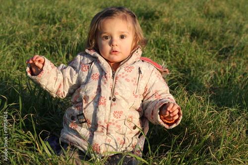 B b fille de 18 mois dans herbe verte photo libre de for Bureau bebe 18 mois