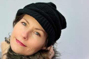 femme avec bonnet et écharpe