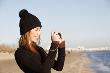Femme sur la plage en hiver