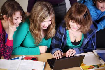 jungendliche mit laptop