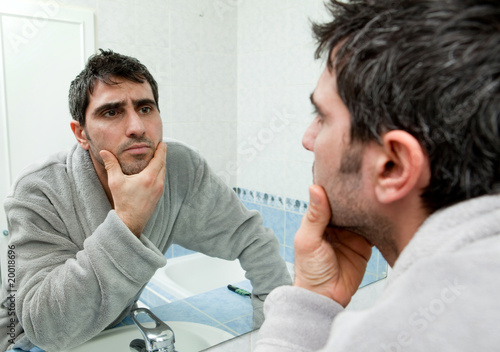Homme qui se regarde dans le miroir photo libre de for Miroir qui se colle