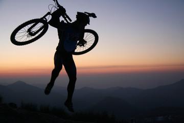 Cycliste sautant de joie