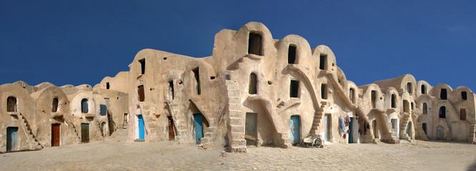caravansérail dans le désert de tunisie