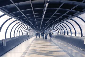 Messebesucher in Tunnelröhre