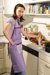 Genervte Hausfrau in der Küche, Küchenarbeit