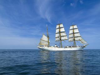 Segelschiff auf ruhiger See