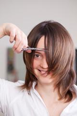 frau will sich die haare schneiden