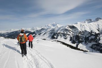 Ski, famille en face du Mont Blanc, Areches, Savoie, France