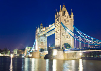 Tower Bridge bei Nacht, London