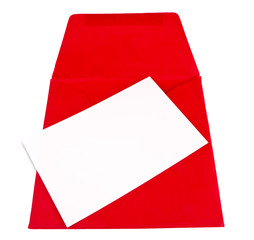 Tarjeta en blanco para escribir con un sobre rojo isolado
