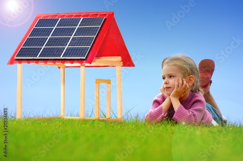 Maison avec des panneaux solaires photo libre de droits for Recyclage des panneaux solaires