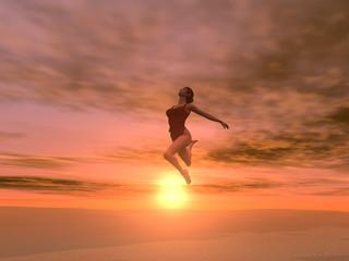 Mujer saltando en el desierto