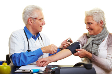 Blutdruck messen bei Seniorin