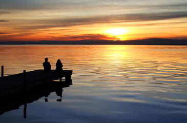 Fotorolgordijn Pier puesta de sol en el lago