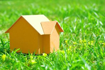 芝生の上の家