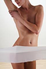 junge Frau Sensibler Körper nackt mit einem Tuch