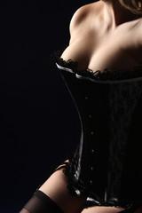 Frauenkörper im Korsett
