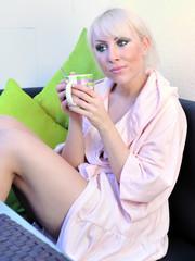 Frau mit Kaffebecher
