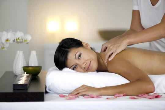 Jeune femme se faisant masser le dos