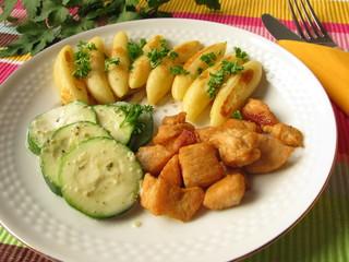 Kartoffelnudeln mit Zucchinigemüse und Hähnchengeschnetzeltem