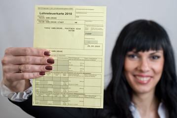 Frau mit Lohnsteuerkarte
