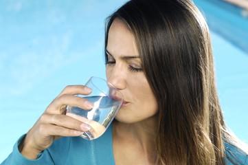 ragazza mentre beve dell'acqua