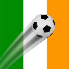 Ein fliegender Fußball vor der Flagge von Irland