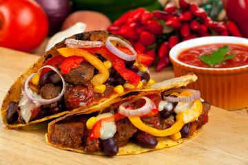 Tacoschalen gefüllt mit Fleischsauce und Bohnen