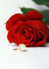 Ring with pearl and red rose