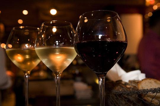 verres de vin en gros plan