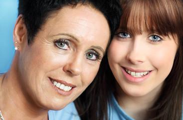 Schöne Mutter und Teenagertochter