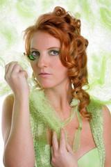 Rothaarige Frau mit grüner Kleidung
