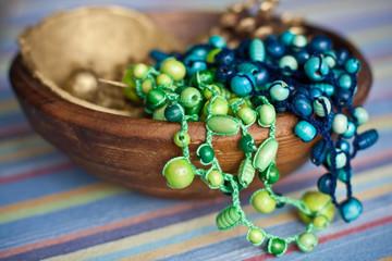 deux collier en bois dans un bol