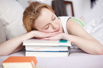 junge frau ist erschöpft vom lernen