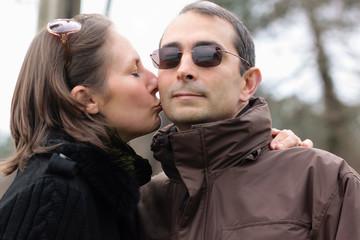 embrasser son mari