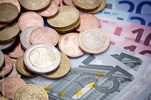 pi ces de monnaie et billets d 39 euro photo libre de droits sur la banque d 39 images. Black Bedroom Furniture Sets. Home Design Ideas