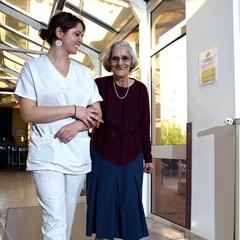 senior accompagnée d'une aide soignante