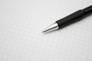 Bleistift auf kariertem Papier