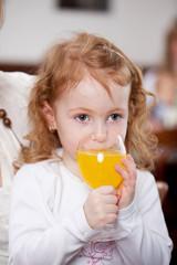 kleines mädchen trinkt limonade