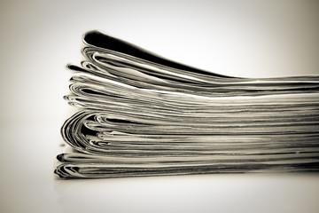 Stapel Zeitungen, monochrom