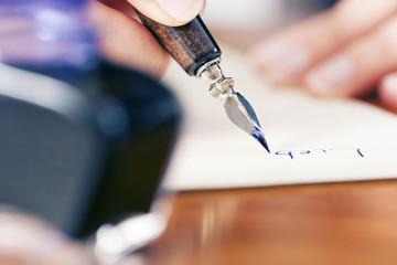 Frau schreibt Liebesbrief