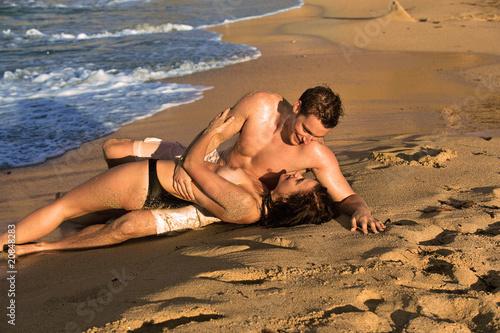 mec bi couple nu sur la plage