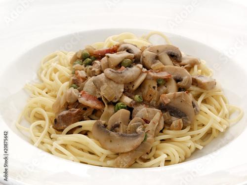 spaghetti mit pilzen stockfotos und lizenzfreie bilder auf bild 20875642. Black Bedroom Furniture Sets. Home Design Ideas