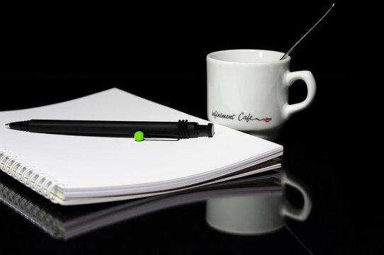 bloc-note et tasse de café