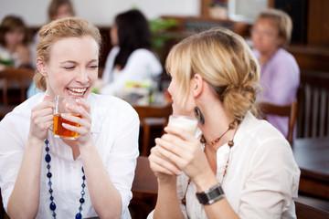 junge frauen haben spaß im cafe