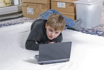 Junge mit Netbook