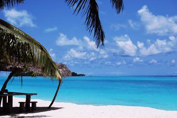 白い砂浜と青空と海